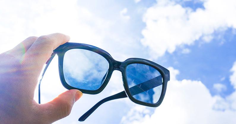 Hospital de Olhos Limongi - Blog - Usar óculos de sol falsificado pode provocar doenças oculares